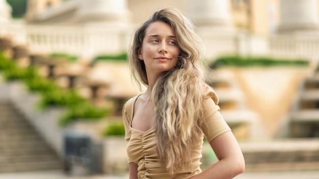 Femme de race blanche en robe avec vue sur barcelone en arrière-plan, espagne