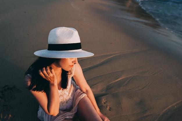 Femme de race blanche se repose au bord de mer magnifique