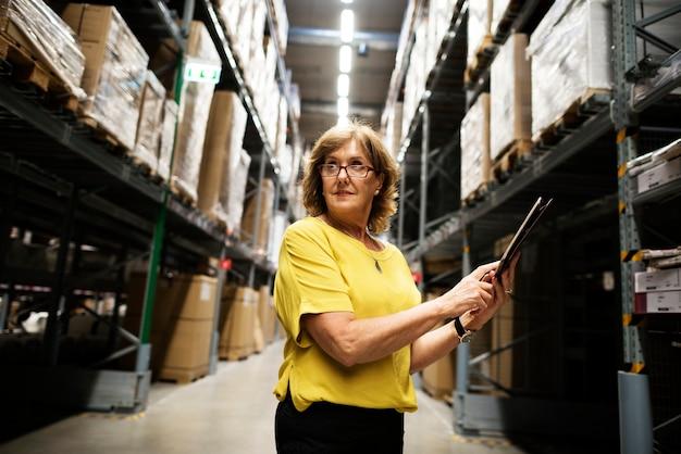 Une femme de race blanche vérifiant l'inventaire des stocks
