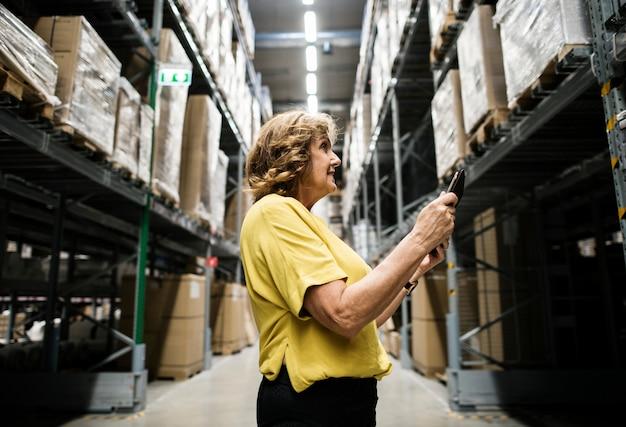 Une femme de race blanche vérifie l'inventaire des stocks