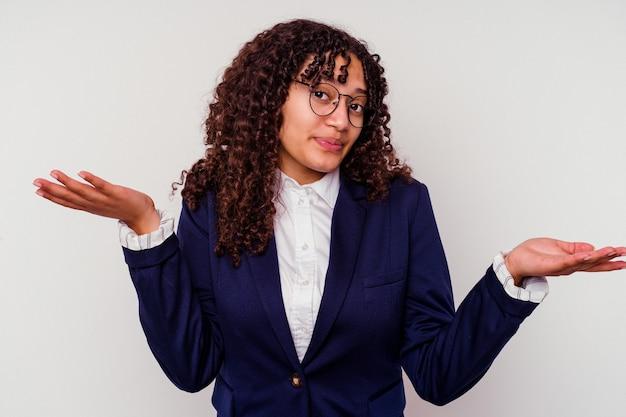 Femme de race mixte jeune entreprise isolée sur fond blanc en doutant et en haussant les épaules dans le geste d'interrogation.