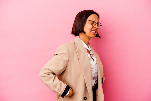 Femme de race mixte jeune entreprise isolée