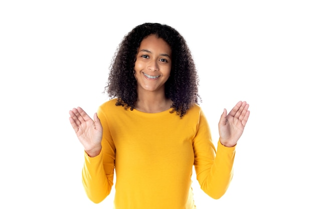 Femme de race mixte avec de jolis cheveux afro