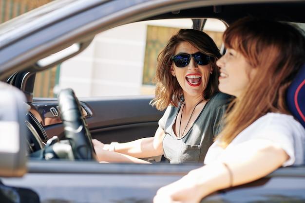 Femme racontant des histoires drôles à un ami