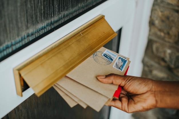 Femme ramassant le courrier