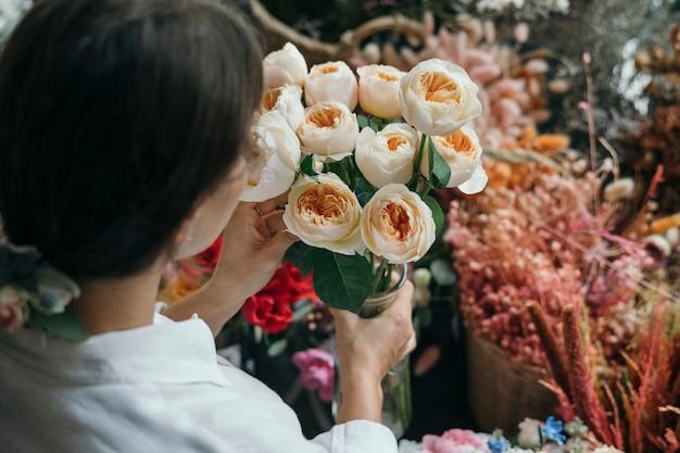 Femme ramasser des roses romantiques vuvuzela