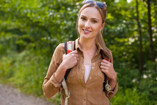 Femme en randonnée dans la forêt