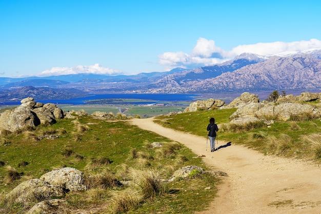 Femme en randonnée sur les sentiers de montagne jusqu'au sommet, avec de belles vues sur le paysage. madrid.