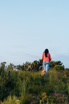 Femme en randonnée avec son chien.