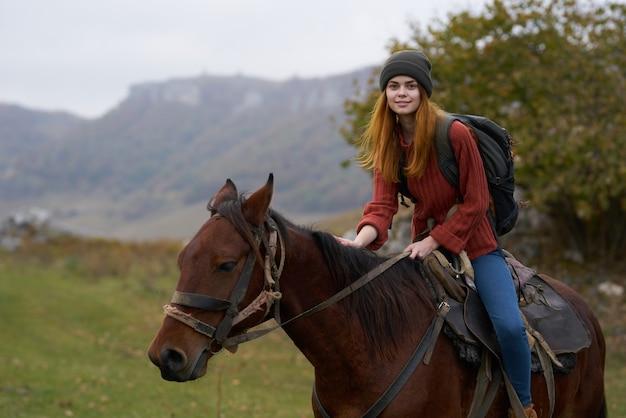 Femme randonneur montagnes nature équitation cheval
