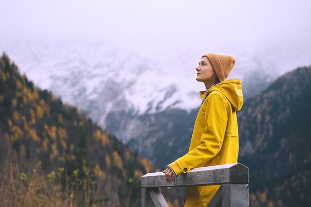 Femme de randonneur profitant du froid et de la beauté de la nature sauvage en plein air liberté