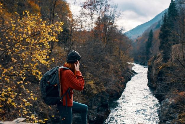 Femme randonneur rivière paysage voyage ordinateur portable