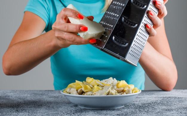 Femme, râper, fromage, pâtes, repas