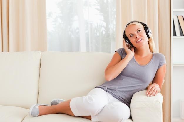 Femme ravie, écouter de la musique