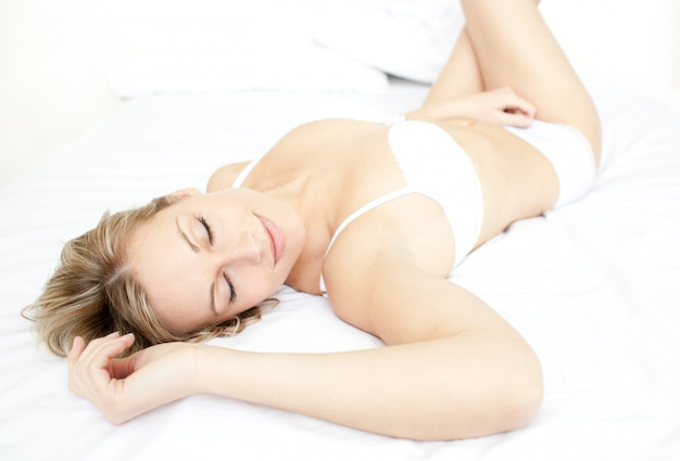 Femme rayonnante, allongée sur son lit