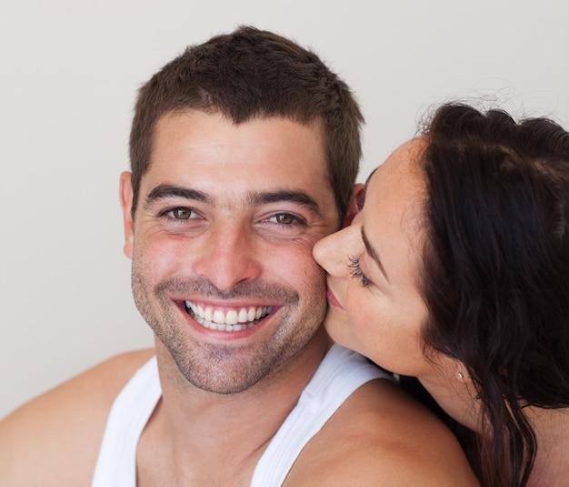 Femme rayonnante embrassant son mari joyeux