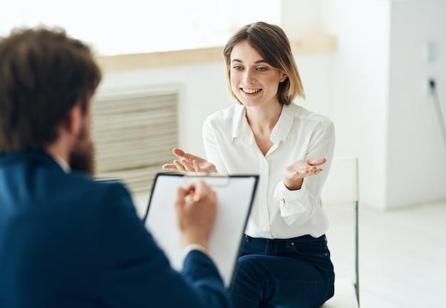 Femme à la réception à la consultation psychologue problèmes de santé dépression