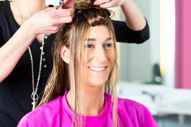 Femme, réception, coupe cheveux, de, coiffeur, ou, coiffeur