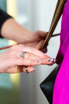 Femme, réception, coupe cheveux, coiffeur, styliste