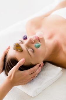 Femme, réception, facial, pierre, massage, masseur