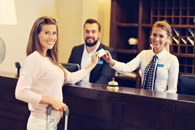 Femme à la réception de l'hôtel