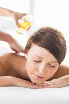 Femme, réception, huile, massage