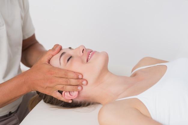 Femme, réception, massage, cou