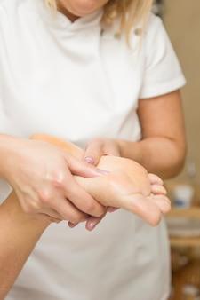 Femme, réception, massage pied, dans, spa, salon