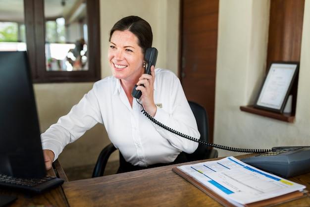 Femme réceptionniste travaillant à la réception