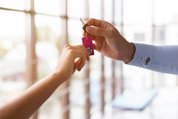 Femme recevant des clés de casier de gym