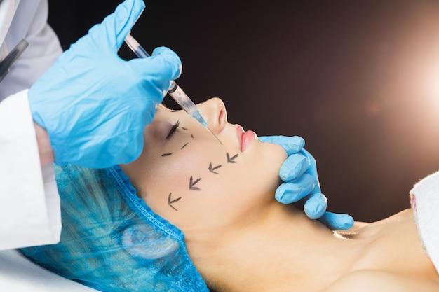 Femme recevant une injection de botox sur ses lèvres