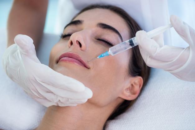 Femme recevant une injection de botox