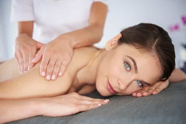 Femme recevant un massage au spa