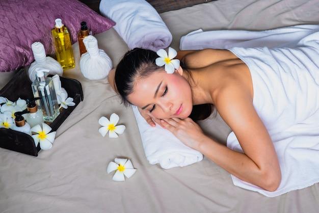 Femme recevant un massage dans un spa, une aromathérapie orientale traditionnelle et des traitements de beauté