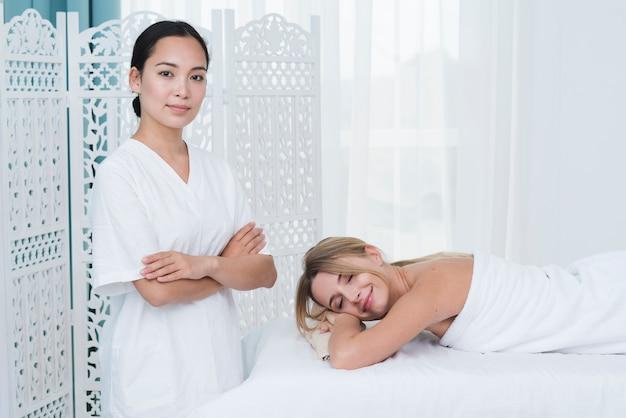 Femme recevant un massage dans un spa
