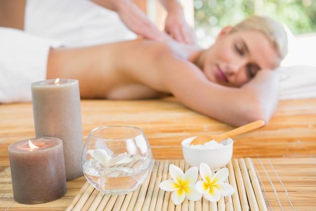 Femme recevant un massage du dos au centre de spa