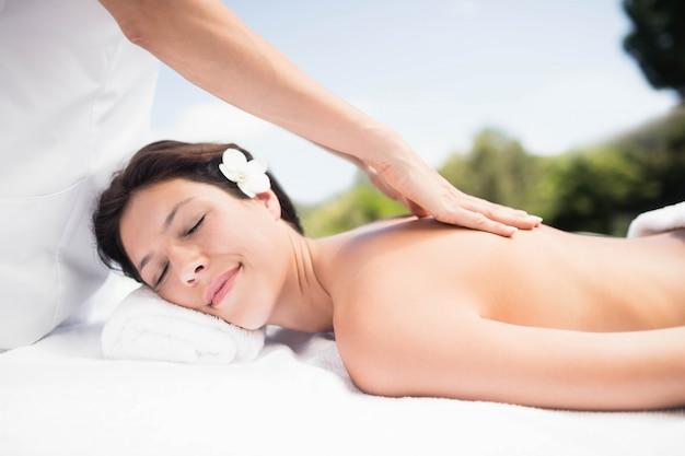 Femme recevant un massage du dos d'un masseur dans un spa