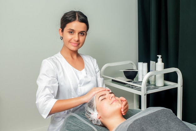 Femme recevant un massage du visage.
