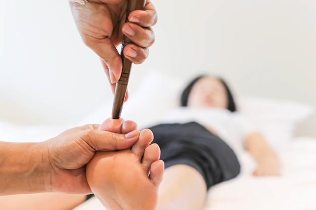 Femme recevant un massage des pieds réflexologie