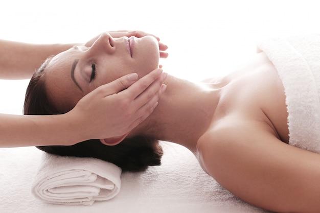 Femme recevant un massage relaxant au spa