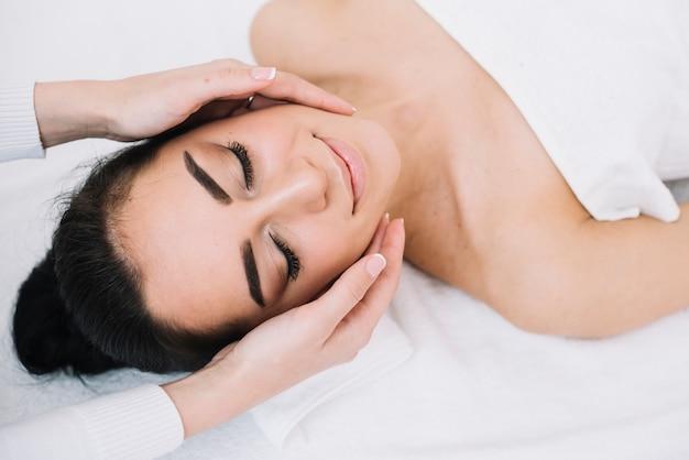 Femme recevant un massage relaxant du visage