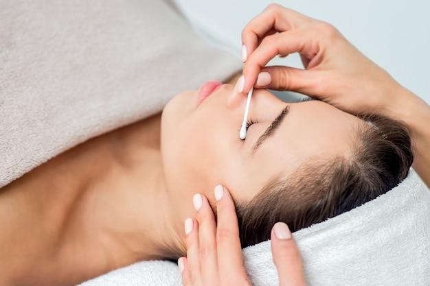Femme recevant une procédure d'extension de cils.