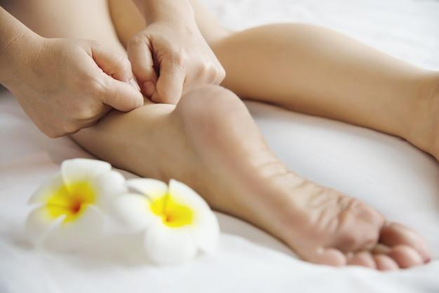 Femme Recevant Un Service De Massage Des Pieds De La Masseuse Se Bouchent Les Pieds Et Les Mains - Concept De Service De Massage Photo gratuit