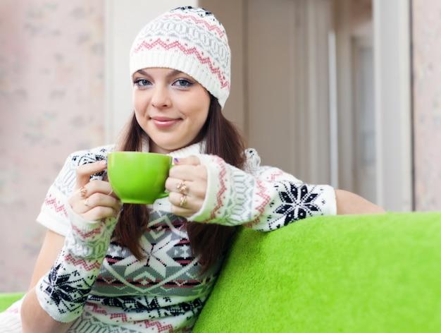 Femme réchauffe avec une tasse de thé