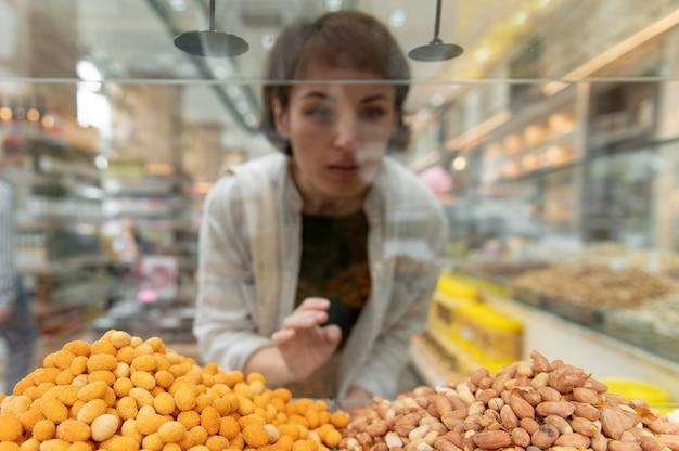 Femme recherchant différents goodies chez un producteur local