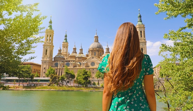 Femme à la recherche de la basilique cathédrale de notre-dame du pilier à saragosse, espagne