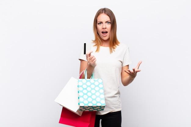 Femme à la recherche de colère, agacé et frustré crier wtf ou ce qui ne va pas avec vous