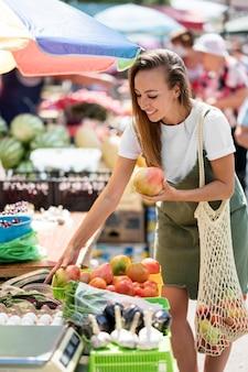 Femme à la recherche d'épicerie fraîche