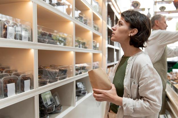Femme à la recherche de friandises chez un producteur local