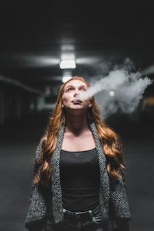 Femme, recherche, haut, souffler, fumée
